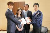 復興ライブの売上金を全額寄付(左から)橘慶太、伍代夏子、杉良太郎、大西一史熊本市長