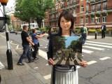 6月25日放送、NHK・BSプレミアム『スーパープレミアム 「ザ・ビートルズ フェス!」』で森高千里による「ザ・ビートルズ 英国紀行」をオンエア。アビイ・ロードにて(C)NHK