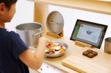 KDDI「au 未来研究所」とキリンのコラボレーションで誕生した、次世代型ままごとキット『ままデジ』使用イメージ タブレットとおもちゃの連動でリアリティのあるおままごと体験ができる