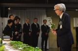 冨田勲さんの祭壇に向き合う山田洋次監督=冨田勲さん『お別れの会』