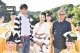 向井理(左)主演ドラマ『神の舌を持つ男』の主題歌を担当する坂本冬美(中央)と堤幸彦監督 (C)TBS