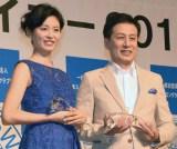 『第17回ベストスイマー2016』表彰式に出席した(左から)本仮屋ユイカ、村尾信尚 (C)ORICON NewS inc.
