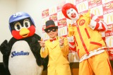 マクドナルドのドナルド、ヤクルトのつば九郎と始球式に登場した怪盗ナゲッツ(中央)。あの人気芸人が扮している?