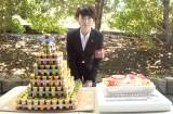 """""""七味缶タワー""""とケーキで誕生日の祝福を受けた波瑠 (C)ORICON NewS inc."""