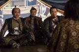NHK大河ドラマ『真田丸』第24回「滅亡」より。秀吉の軍門に下った氏政のもとに家康、景勝、昌幸が現れ…(C)NHK