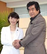 丸川珠代環境大臣(左)から温暖化防止キャンペーンのリーダー就任を打診された藤岡弘、 (C)ORICON NewS inc.