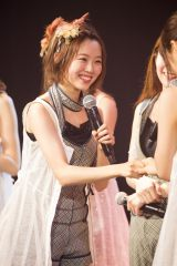 「みるきーさんは、みんなの心の中にずっといます」という渋谷凪咲と何度も握手した渡辺美優紀(C)NMB48