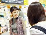 タワーレコード新宿店で女性客に声をかける前田敦子