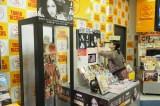 タワーレコード新宿店でサインを書き入れる前田敦子