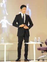リバースプロジェクトとイトーキによる新規事業商品、廃材を活用したビジネススーツを檀上で披露する伊勢谷 (C)oricon ME inc.