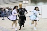 借り物競争で多田愛佳(左)と指原莉乃が連れてきたのは綾小路翔!(C)AKS
