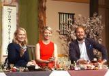 """""""和の心""""でもてなしを受けた(左から)スザンヌ・トッドプロデューサー、アリスを演じるミア・ワシコウスカ、ジェームズ・ボビン監督 (C)ORICON NewS inc."""