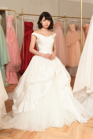 7月17日スタートの日本テレビ系連続ドラマ『そして、誰もいなくなった』(毎週日曜 後10:30)で自身初のウエディングドレス姿を披露している二階堂ふみ (C)日本テレビ