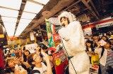 雪男姿のコムアイがタワーレコード渋谷店で無告知ライブ