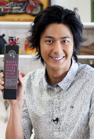 サムネイル 自身の担当料理企画から生まれた『MOCO'Sキッチン エキストラヴァージンオリーブオイル』を発売する速水もこみち