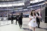 『第8回AKB48選抜総選挙』開票イベント前の昼公演でにゃんにゃん仮面もあいさつ (C)AKS