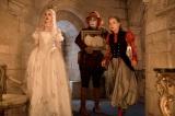 白の女王(アン・ハサウェイ)も健在。映画『アリス・イン・ワンダーランド/時間の旅』(7月1日公開)(C)2016 Disney Enterprises, Inc. All Rights Reserved.