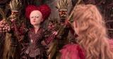 赤の女王(ヘレナ・ボナム=カーター)は相変わらず? 映画『アリス・イン・ワンダーランド/時間の旅』(7月1日公開)(C)2016 Disney Enterprises, Inc. All Rights Reserved.