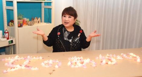 新曲「女のあかり」テーマカラーとなっているピンクとバイオレット色のキャンドルができあがった=オリジナルキャンドル作りに挑戦した天童よしみ (C)ORICON NewS inc.