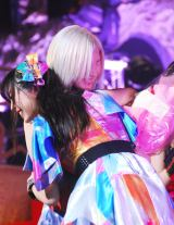 Cheeky Paradeの新リーダー、鈴木友梨耶とロサンゼルスに留学する鈴木真梨耶。姉妹の熱い抱擁 (C)ORICON NewS inc.