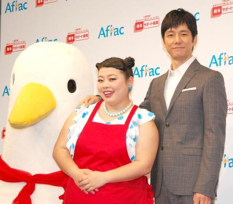 『アフラック新商品発表会』に出席した(左から)渡辺直美、西島秀俊 (C)ORICON NewS inc.