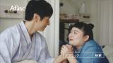 手を握り合い…夫婦を演じた(左から)西島秀俊、渡辺直美=アフラック新CM『とある奥さま・夫の病室』篇 (C)ORICON NewS inc.