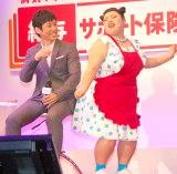 ダンスで迫る…=『アフラック新商品発表会』に出席した(左から)西島秀俊、渡辺直美 (C)ORICON NewS inc.