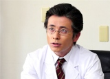 老けメイクで50歳、病院の院長役を演じるオリエンタルラジオの藤森慎吾(C)テレビ朝日
