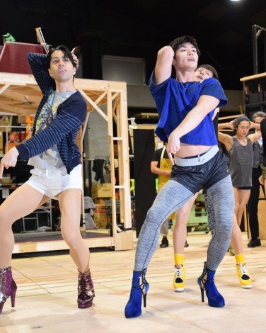 妖艶なヒールダンスを披露する三浦春馬\u003dミュージカル『キンキーブーツ』