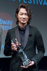 『第15回ニューヨーク・アジア映画祭』でライジング・スター賞を受賞した綾野剛 (C)2016「日本で一番悪い奴ら」製作委員会