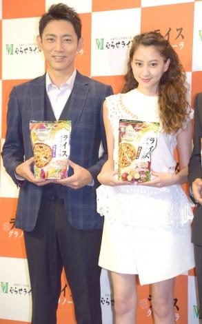 『ライスグラノーラ』新商品発表会に出席した(左から)小泉孝太郎、河北麻友子 (C)ORICON NewS inc.