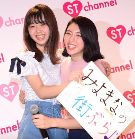 プレゼン大会の様子(左から)江野沢愛美、三吉彩花=『Seventeen』公式スマホアプリ「ST channel」概要発表記者会見 (C)ORICON NewS inc.
