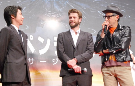 リアム・ヘムズワース(中央)演じる主人公の声を担当した藤原竜也(左)。ローランド・エメリッヒ監督(右)から「セクシーボイス」と絶賛された (C)ORICON NewS inc.