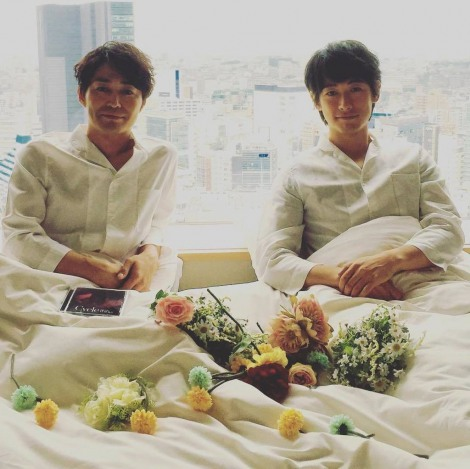 雑誌『SODA』9月号(7月23日発売)に掲載される安田顕とディーン・フジオカの2ショット写真