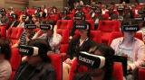 来場者約100人がVR動画を同時視聴体験する様子