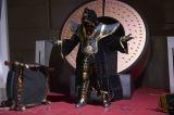 全身に金色の紋章が刻まれた謎のライダー、仮面ライダーエクストリーマーのビジュアル初公開。タケルたちの前に現れる目的 とは?(C)劇場版「ゴースト・ジュウオウジャー」製作委員会(C)石森プロ・テレビ朝日・ADK・東映(C)2016テレビ朝日・東映AG・東映