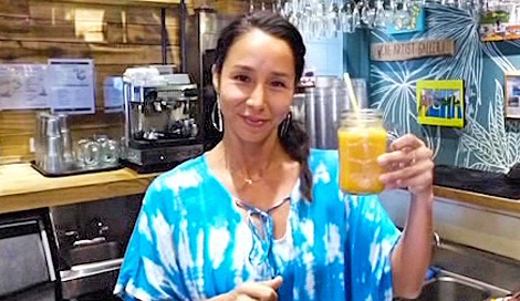 サムネイル ウコン入りスムージーを紹介するアンジェラ・磨紀・バーノンさん