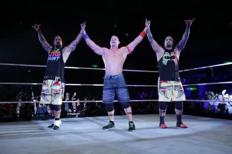 『WWE Live Japan』に出場したジョン・シナ(中央/左右はウーソズ)(C)2016 WWE, Inc. All Rights Reserved.