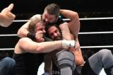 『WWE Live Japan』WWE世界ヘビー級王座トリプルスレット戦 ディーン・アンブローズ(左)vsケビン・オーエンズ(上)vsセス・ロリンズ(右)(C)2016 WWE, Inc. All Rights Reserved.