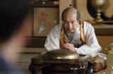 息子の鶴松を亡くし、意気消沈する秀吉(小日向文世)だが… (C)NHK