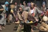 大河ドラマ『真田丸』第26回「瓜売(うりうり)」より。 朝鮮出兵の前線基地の肥前名護屋城では、出陣を待つ大名たちの仮装大会が開かれる(C)NHK