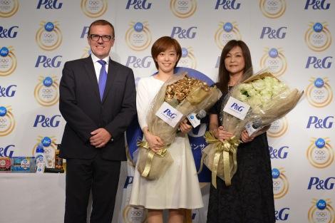 (左から)P&G代表取締役社長スタニスラブ・ベセラ氏、石川佳純選手、母・石川久美さん=P&G『ママの公式スポンサー リオデジャネイロオリンピック壮行会』の模様