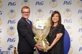 P&G代表取締役社長スタニスラブ・ベセラ氏、石川佳純選手の母・石川久美さん