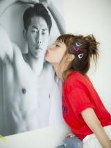 夫・ジャングルポケットの太田博久にキス=『ちぴ本』(主婦の友社刊)
