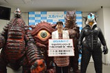 『ウルトラマン』にフジ・アキコ隊員役で出演した櫻井浩子さん(中央)と怪獣たち(左から)EXレッドキング、ガンQ、ベムラー、メフィラス星人