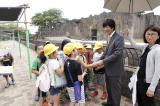 気さくに握手に応じる高田前社長