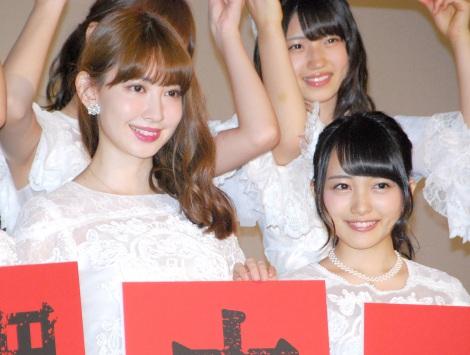 あこがれの先輩・小嶋陽菜(左)への想いを語った向井地美音=ドキュメンタリー映画第5弾『存在する理由 DOCUMENTARY of AKB48』初日舞台あいさつ (C)ORICON NewS inc.