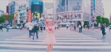 """渋谷のスクランブル交差点で特製自撮り棒""""にこるん棒""""を携える藤田ニコル=デビュー曲「Bye Bye」MVカット"""
