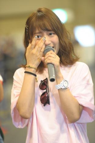 加入8年目で初選抜入りし涙をぬぐうSKE48全体キャプテンの斉藤真木子(C)AKS