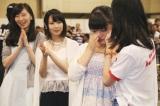 初選抜入りが決まり号泣する竹内彩姫(右から2人目)と祝福する先輩メンバー(C)AKS